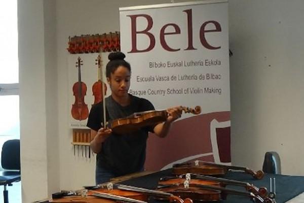Entrega de los instrumentos a los estudiantes dentro del Programa de Préstamo de BELE