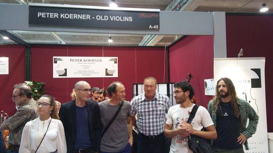 Profesor y alumnos de Bele con Peter Körner en medio
